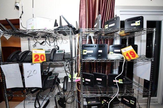 振り込め詐欺グループの「アジト」には、多数の電話やインターネット用ルーターが備えられていたという