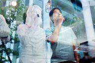 人形と並んでアロマスティックを嗅ぐ藤田修二さん。この分野では世界最先端を走る自負がある=東京都港区のソニー本社、山本倫子撮影