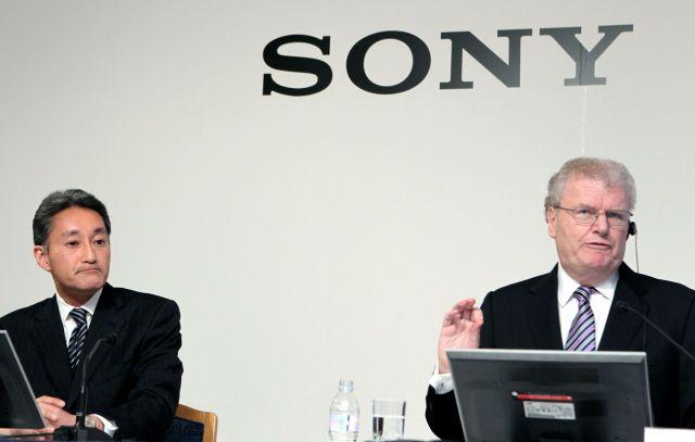 ソニー社長交代の発表会見。ハワード・ストリンガー氏(右)が後任として平井一夫氏を紹介した=2012年2月2日、東京都内のホテル