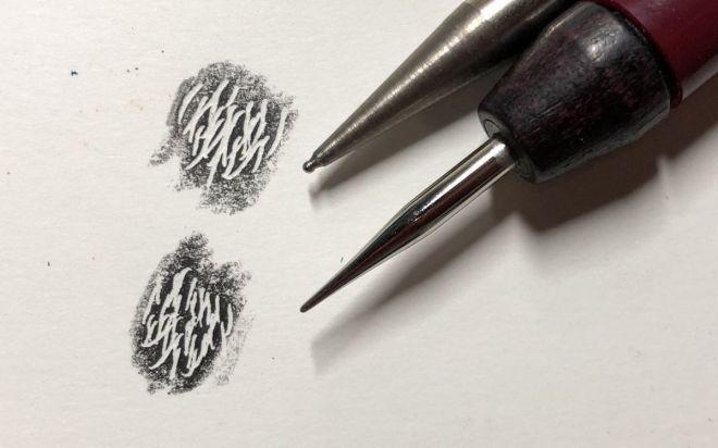 毛並みを表現するために鉄筆を使って、色を塗る前に溝を彫っています