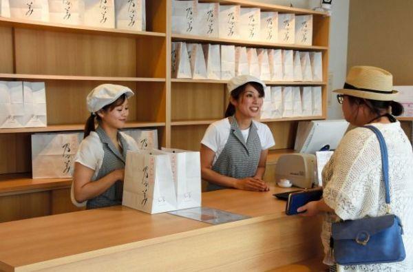 紙袋に入った「乃が美」の食パンを買い求める市民=2019年6月4日、青森市東造道3丁目、神野勇人撮影