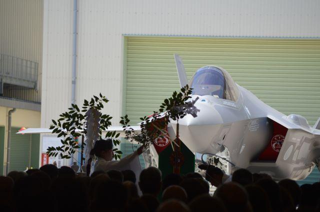 空自に納入されるF35Aのお披露目式で、無事故を祈る神事。このF35Aは「国産初」で、米ロッキード・マーチン社の下請けとして三菱重工業が最終組み立てをした=2017年6月、愛知県豊山町の同社小牧南工場