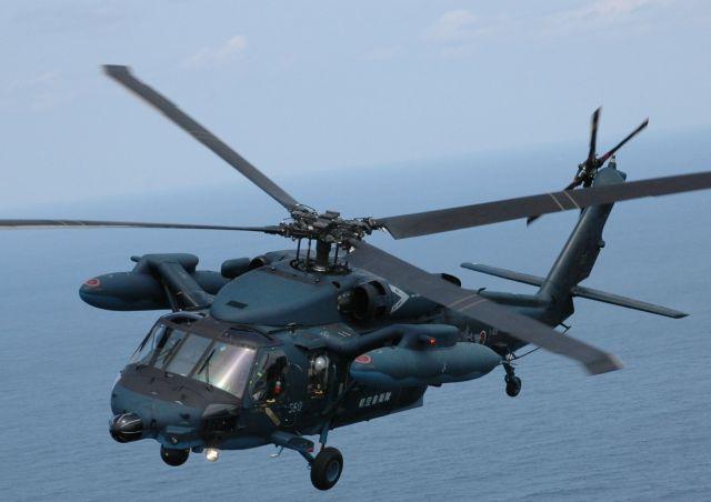 空自の救難ヘリコプターUH60J。一昨年10月に同型機が静岡県浜松市沖で夜間飛行訓練中に墜落した。原因は降下率の誤認による空間識失調とみられている
