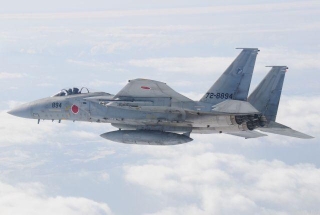 空自の戦闘機F15。最高速度はF35Aを上回る。昨年6月には米軍嘉手納基地所属のF15が沖縄本島の南方沖で墜落しており、原因は訓練中に敵役の戦闘機に集中しすぎたことによる空間識失調とみられている