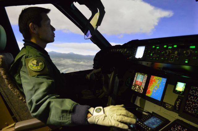 空自には輸送機もある。自衛隊最大の輸送機C2のパイロットを育てるシミュレーター=2018年1月、鳥取県境港市の空自美保基地