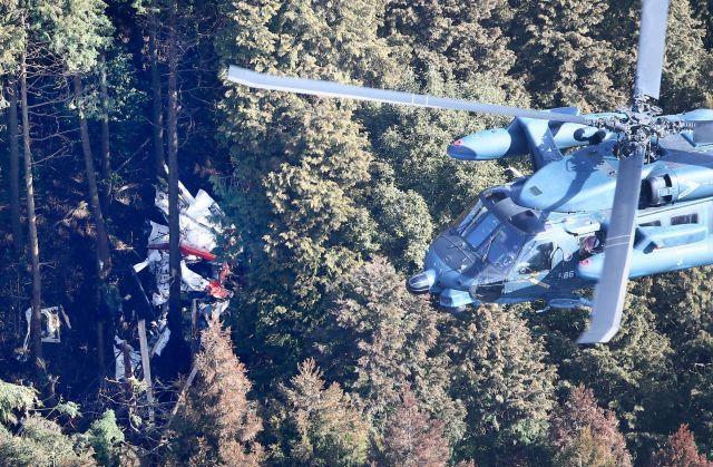 2015年2月に宮崎県えびの市の山中に墜落し大破した海上自衛隊の訓練用ヘリコプターOH6DA(左。右は捜索のヘリ)。乗っていた隊員3人が亡くなった。機長が悪天候のため空間識失調に陥ったとみられている