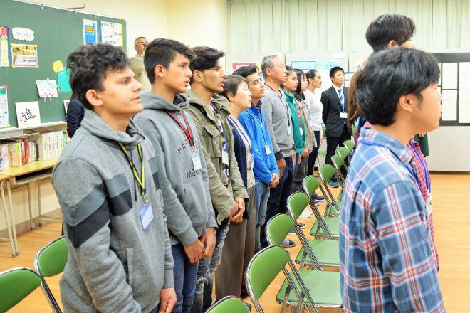 西中原中学校の校歌を歌う外国人の夜間中学生
