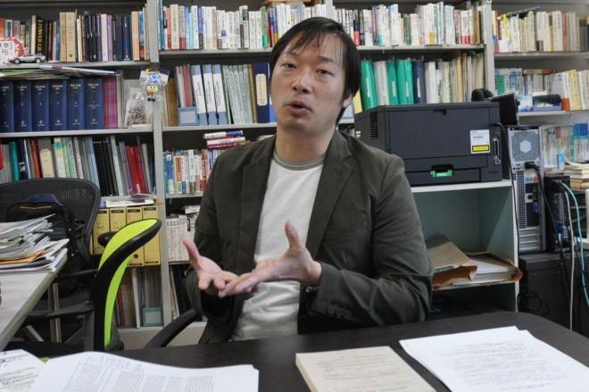 給特法と先生の残業代について語る高橋哲・埼玉大准教授=2019年5月、さいたま市、牧内昇平撮影