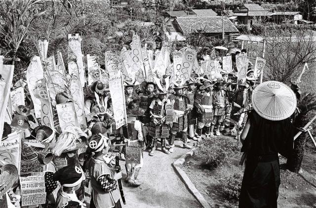 旗印に島津家の家紋と五輪を入れ聖火を歓迎する子どもたち