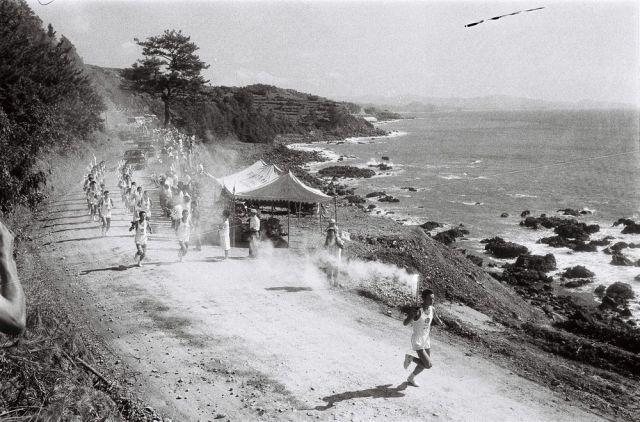 1964年9月10日、秋晴れの薩摩路を快走する走者ら