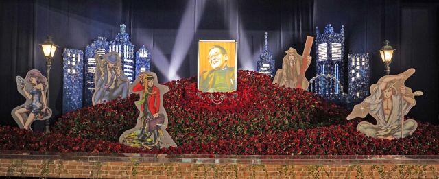 赤いバラの花祭壇にはモンキー・パンチさんの原作画キャラクターパネルが飾られた=瀬戸口翼撮影