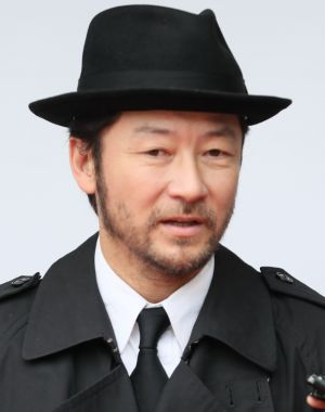 銭形警部を意識した服装で参列した浅野忠信さん=瀬戸口翼撮影