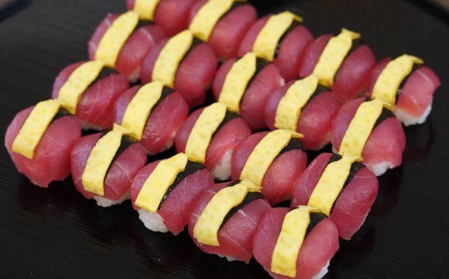 マグロと卵でルパンをイメージした手まり寿司=瀬戸口翼撮影