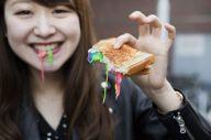 日本のカラフルな食べ物の写真もおさめられているカトリーヌの写真集