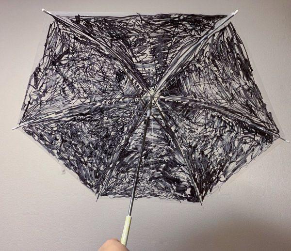 大村卓さんの息子さんがデザインした傘。ビニール傘に油性ペンで描いています