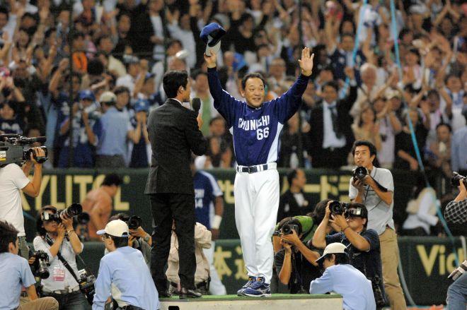 2006年、リーグ優勝を決めてお立ち台で観客に応える中日監督時代の落合博満さん