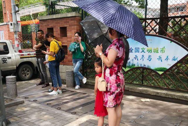 「旗開得勝」(旗を掲げ、勝利を収める)とかけ合わせて「旗パオ」(チャイナドレス)を着るお母さん。受験生の成功を祈る