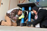 東京都であった外国人向けの防災訓練。起震車で「地震」を体験したり、避難所の体験コーナーを設けた