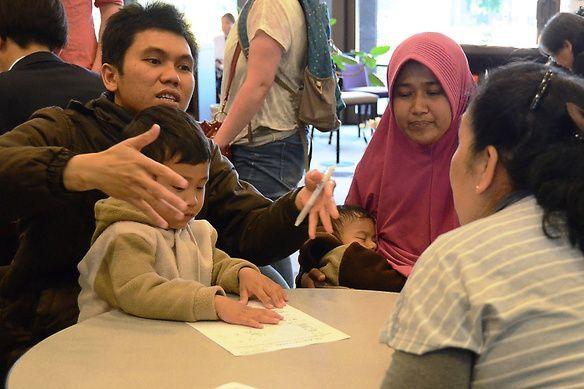 熊本地震後、熊本市国際交流会館には幼い子どものいる家族も相談に訪れた=2016年5月1日、荒ちひろ撮影