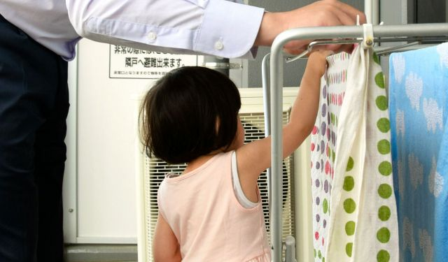 洗濯物を干すのは記者の役割。長女も手伝ってくれるようになってきた