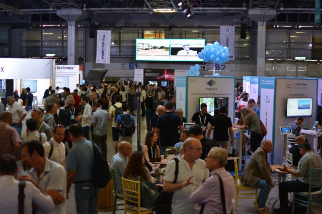「ECOMOTION」の会場は、将来性のあるスタートアップ企業を見つけようと訪れた人たちの活気であふれていた。なかには日本企業からの参加者も=6月11日、テルアビブ、高野遼撮影