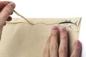 思わず開けたくなる封筒! 糸をたどると魚...