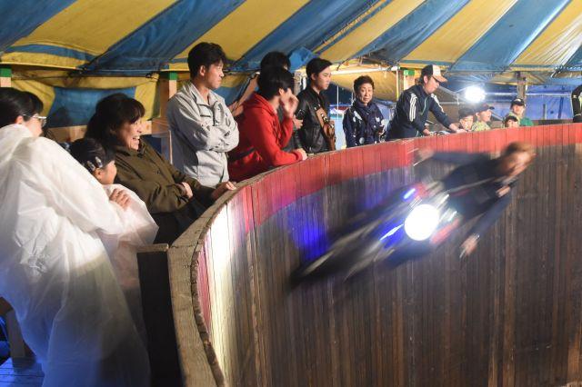 迫力あるオートバイの走りに、思わず体がのけぞる観客=6月4日、北海道旭川市