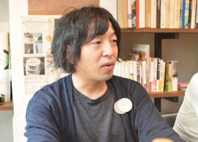 デザイナーの濱章浩さん。神戸・三宮で「書庫バー」を経営している
