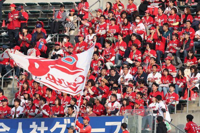 試合前に選手に声援を送る広島ファン=マツダスタジアム、上田幸一撮影