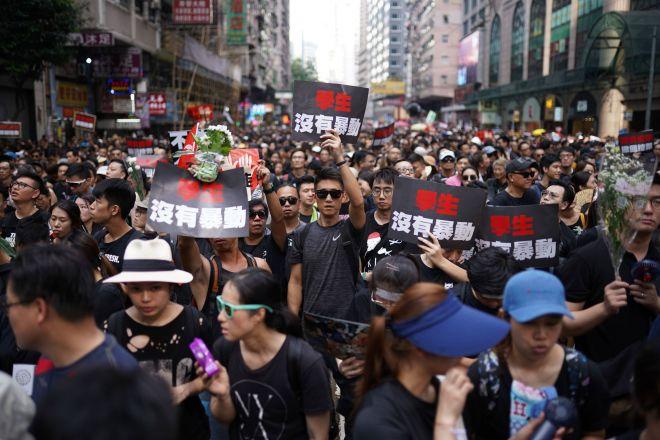 抗議のデモでメッセージを手に歩く人々=2019年6月16日、香港、竹花徹朗撮影