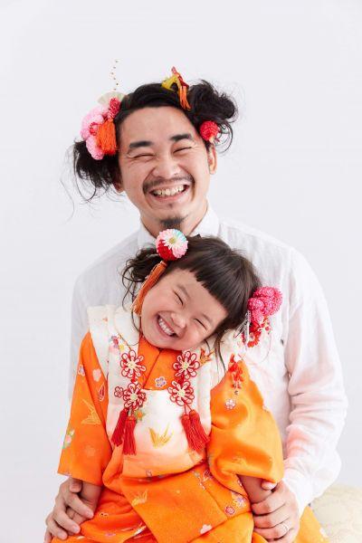 話題になっている七五三の前撮り写真。お父さんと娘が同じ髪型です