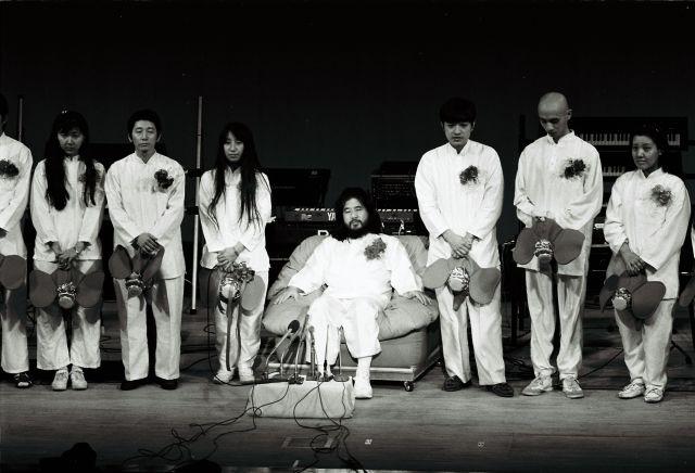 1990年1月、オウム真理教が結成した真理党の衆院選候補者発表で、壇上に並ぶ麻原彰晃(松本智津夫)党首と信徒たち=東京都中野区