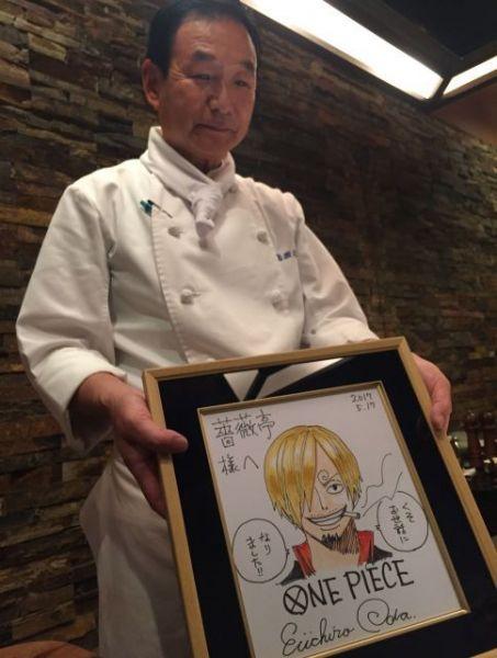 「薔薇亭」で働くタサキさんはベテランの料理人。お客さんに色紙を快く見せてくれます。