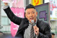 街頭で訴える山本太郎参院議員。参院選に向け新たに立ち上げた「れいわ新選組」をアピールした=5月29日夕、東京都足立区
