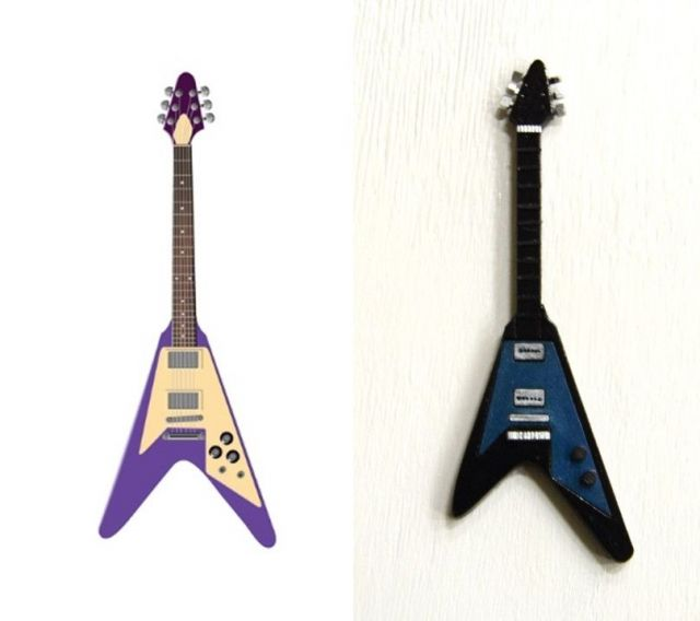 フライングVタイプのギター(左)と「へ」のひらがなギター
