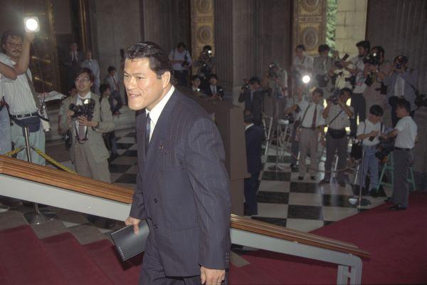 初登院するアントニオ猪木氏=1989年8月7日