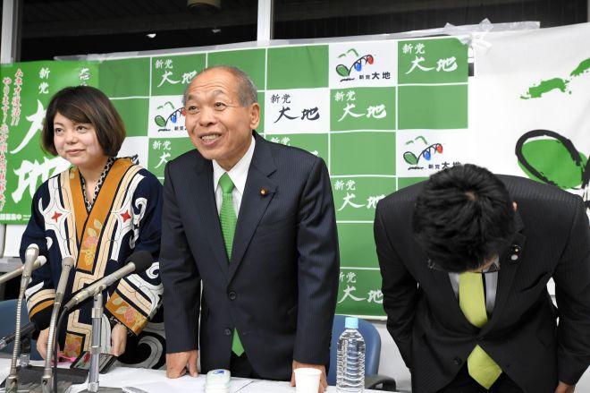 2017年10月、衆院選比例北海道ブロックで議席を取れないことが確定し、笑顔で支持者を見送る新党大地の鈴木宗男代表=札幌市中央区