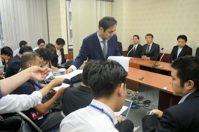「安楽死制度を考える会」が今回の参院選に臨むと表明した記者会見。多くのメディアが詰めかけ、公認する立候補予定者の資料が配られた=2019年6月27日、東京・蒲田。藤田撮影