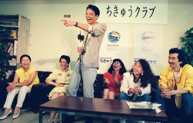記者会見する「ちきゅうクラブ」党首で歌手の山本コウタロー氏(中央)=1989年7月24日