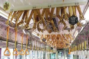 天井から千手観音の手が! 「観音電車」の中吊り、京福電鉄に聞いた