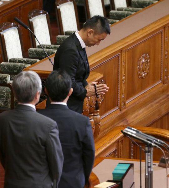 「本日は、自民党の告別式という流れになるのかな」。参院本会議での安倍晋三首相の問責決議案の投票で、手を合わせるポーズをする山本太郎氏=2015年9月18日、杉本康弘撮影
