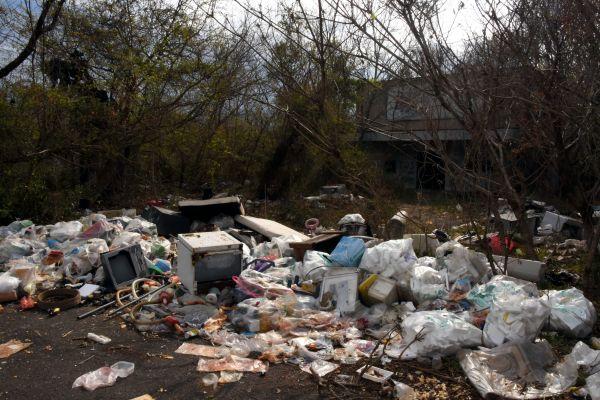 劇場前には大量のゴミが不法投棄され、悪臭を放っていた=2019年4月8日、茨城県筑西市新井新田