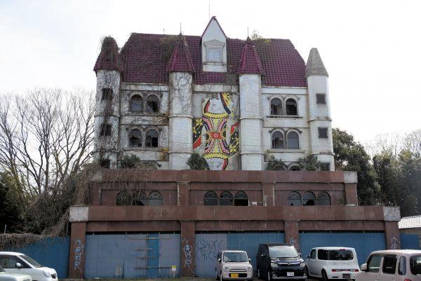 正面にクイーンが描かれていることから「クイーンシャトー」と呼ばれる。廃虚の前は現在、駐車場になっている=2019年3月19日、水戸市天王町
