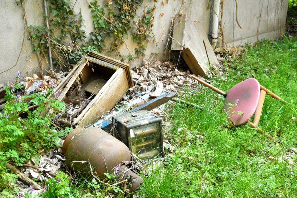 敷地内に放置されたイスや書類棚など。もちろん小道具ではない