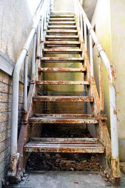 ほど良くさびている階段