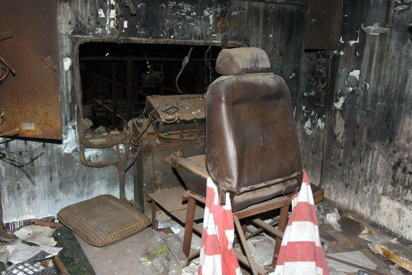 劇場2階の小部屋には、照明担当が座っていたとみられる椅子と機械が残っていた=2019年4月8日、茨城県筑西市新井新田