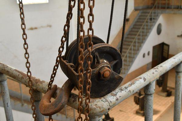 ポンプ機械室内の荷物の運搬に使われていたとみられる滑車