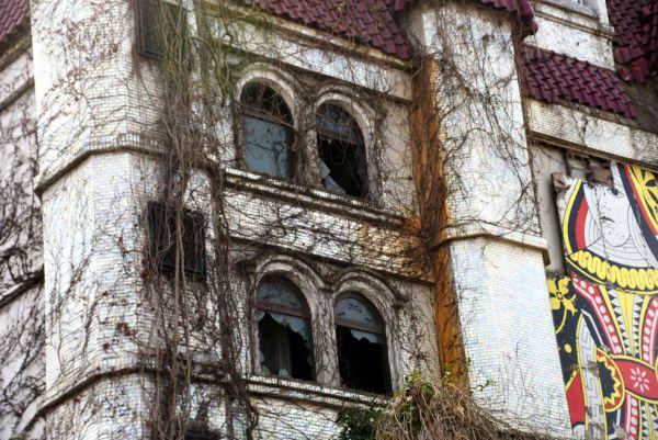 よく見ると、全ての窓ガラスが割れていた=2019年3月19日、水戸市天王町