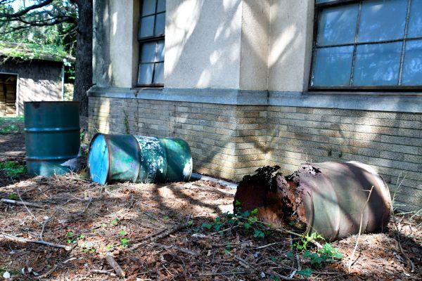 敷地内に無造作に置かれたドラム缶