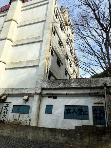 建物の至るところに立ち入り禁止の文字が書かれていた=2019年3月19日、水戸市天王町